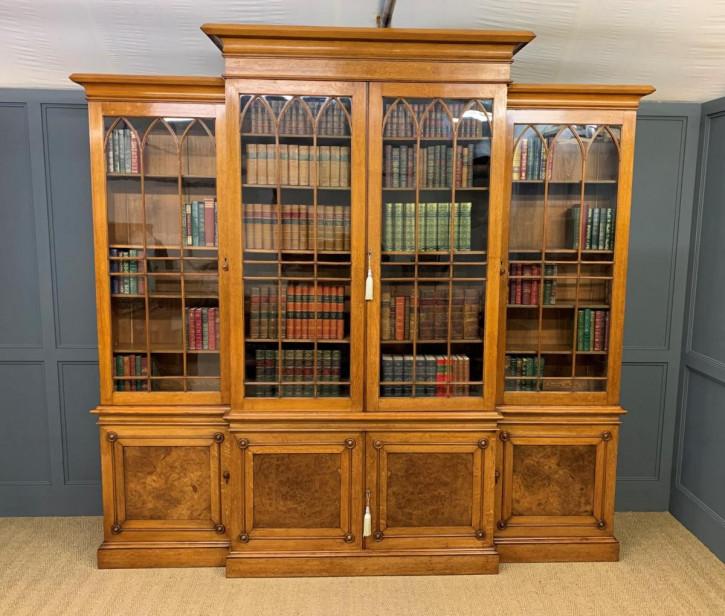 Großer viktorianischer goldener Landhaus-Bücherschrank aus Eichenholz