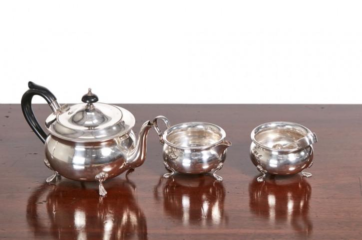 Dreiteiliges, versilbertes Teeservice mit Zuckerzange, antik 19. Jahrhundert
