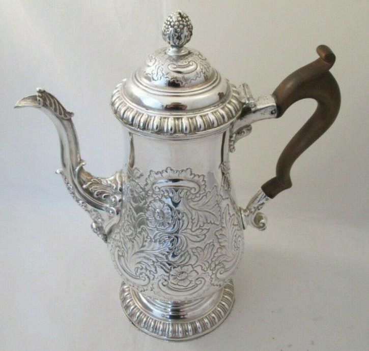 Versilberte Kaffeekanne mit Wappen aus dem 19. Jahrhundert