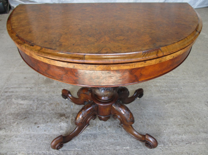 Antiker demi lune Games Table aus Wurzelnussholz Massivholz 19. Jahrhundert