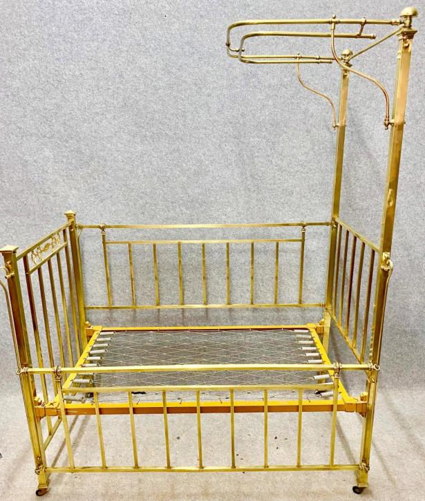Antikes Kinderbett aus poliertem Messing um 1910