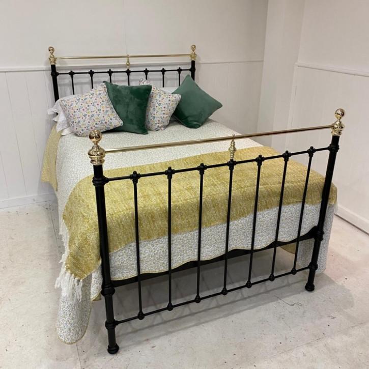 Antikes spanisches Doppelbett aus Messing & Eisen