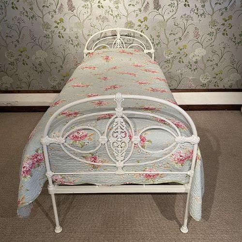 Antikes weißes Einzelbett aus Eisen