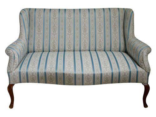 Antikes Zweisitzer-Sofa auf schlichten Cabriolebeinen um 1920