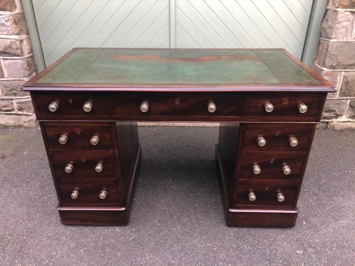 Antiker Schreibtisch aus Mahagoni Massivholz