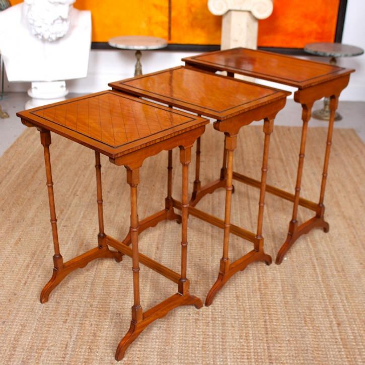 Antikes Set von drei Tischen aus Satinholz Massivholz 1920