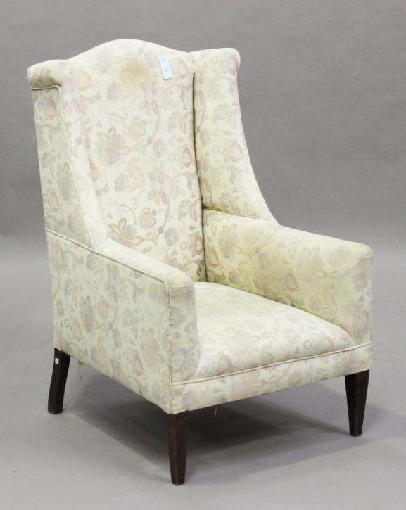 Antiker Wing Back Sessel mit einem weißen Blumenstoff bezogen