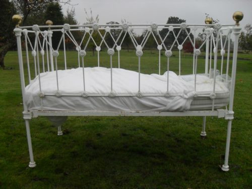 Antikes Kinderbett mit Matratze viktorianisch