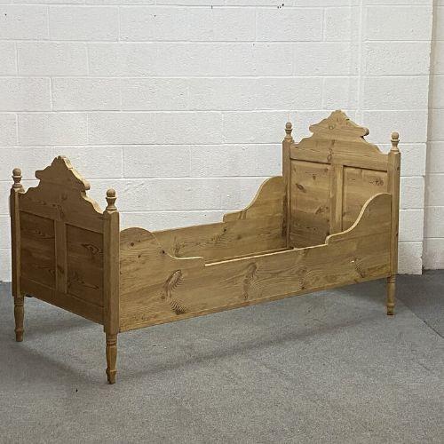 Antikes Kinderbett aus massivem Kiefernholz 1920