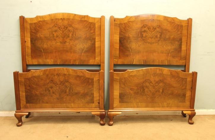 Antikes Bettgestell-Paar aus massivem Walnussholz 1920