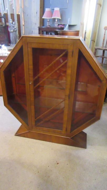 Art Deco Hexaganol-Nussbaum-Vitrine