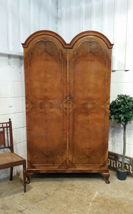 Antiker Walnussholz Kleiderschrank Doppeltür Bogen 1920
