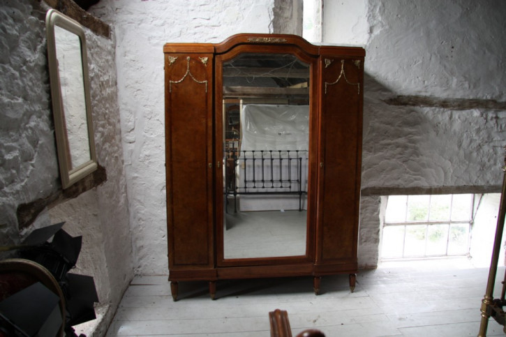 Französischer Wurzelholz Ahorn Kleiderschrank Spiegeltür