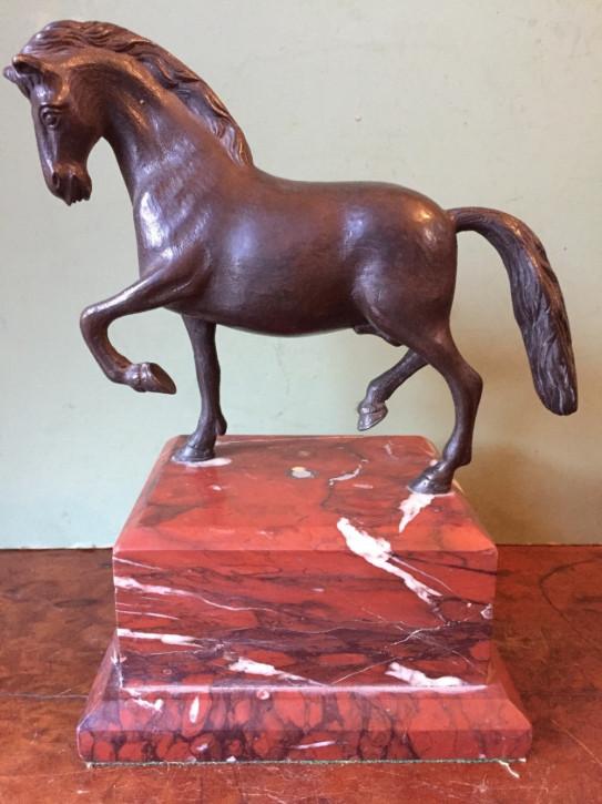 Italienische Bronzeskulptur eines Pferdes in Renaissance-Manier, montiert auf einem Sockel aus rossem Marmor, 19. JH