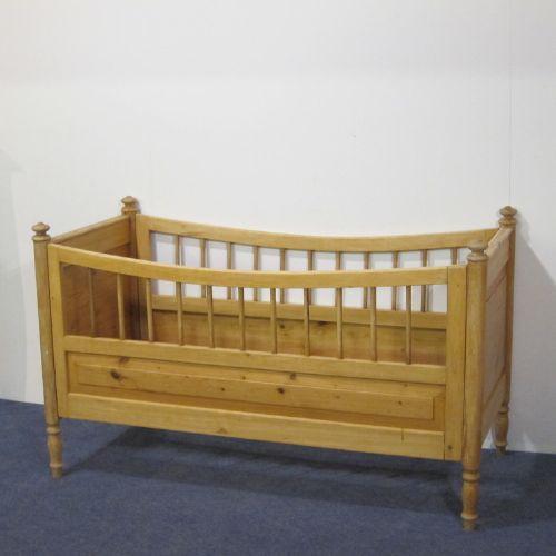 Schönes antikes Kinderbett Kiefer Weichholz 1920