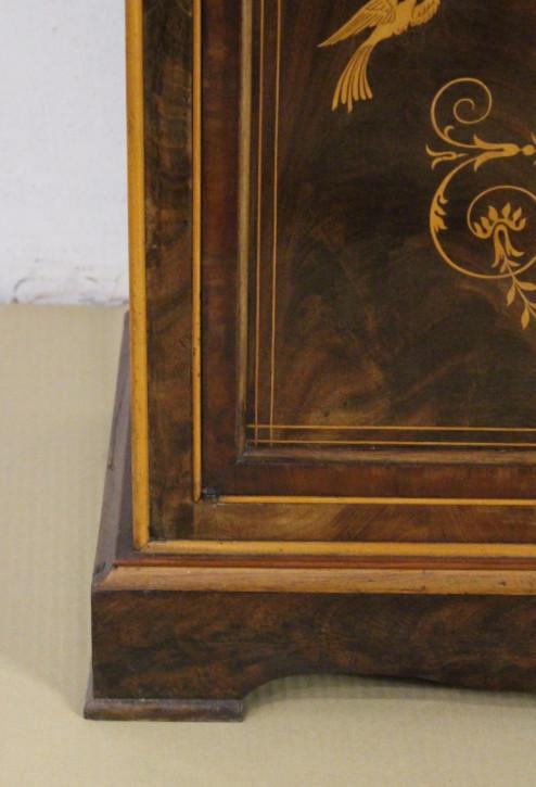 Schlanker Bücherschrank aus Mahagoni mit aufwendigen Intarsien, um 1900