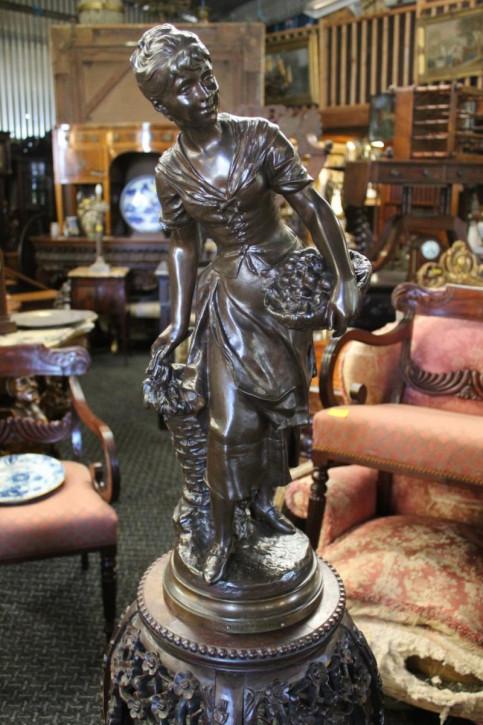 Bronzefigur Frau mit Früchtekorb, Monsieur Vincey
