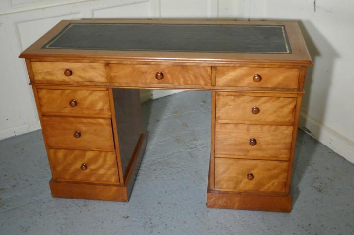 Ein orginal viktorianischer  Birkenholz Schreibtisch  1860
