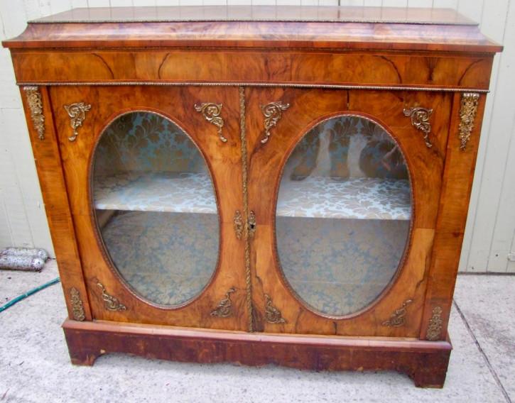 Nussbaum-Vitrine, original von 1900 mit 2 Türen mit ovalen Glasausschnitten