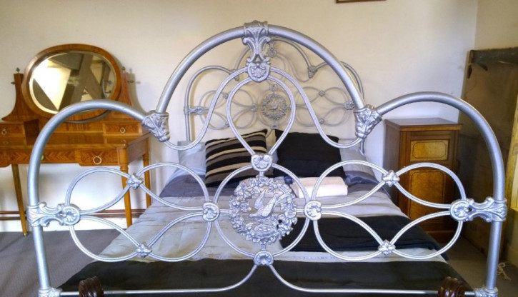 Hübsches gusseisernes Bett aus dem 19. Jahrhundert