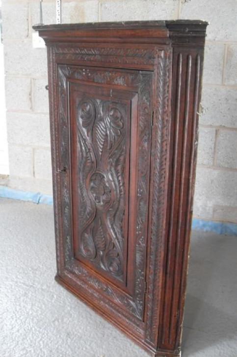 Viktorianischer Eckschrank aus geschnitztem Eichenholz aus dem 19. JH
