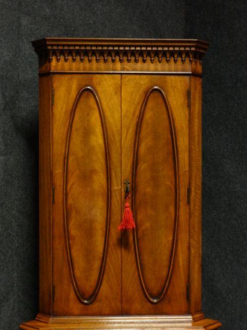 Antiker Englischer Mahagoni Eck Cocktailschrank ca. 1920