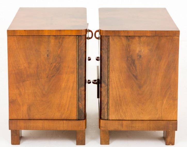Schönes Paar antiker französischer Art Deco Nussbaum Nachttische ca. 1930