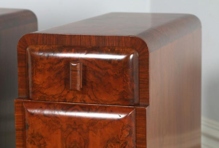 Schönes Paar original antike Art Deco Nachtschränke Nussbaum Englisch 1930