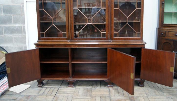 Antikes Englisches Mahagoni verglastes dreitüriges Bücherregal ca. 1920