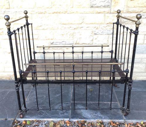 Viktorianisches Antikes Englisches Messing Eisen Kinderbett ca. 1860