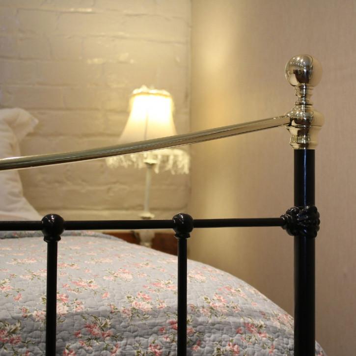 Viktorianisches Antikes Englisches Eisen und Messing Bett ca. 1890