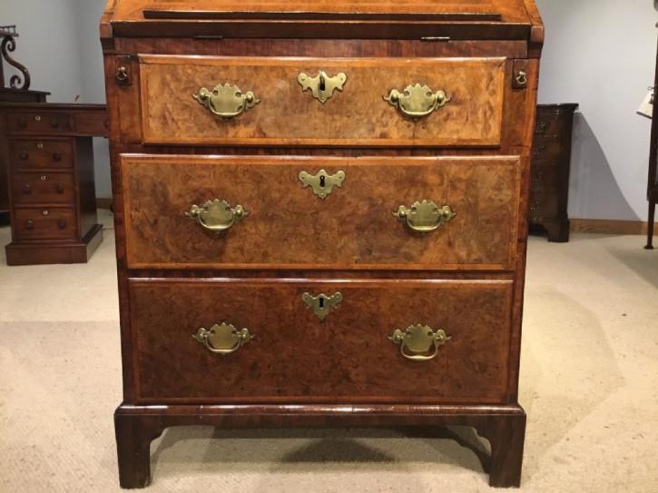 Antiker englischer Nussbaum Sekretär ca 1700