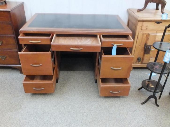 Antiker britischer Nussbaum Schreibtisch ca 1930