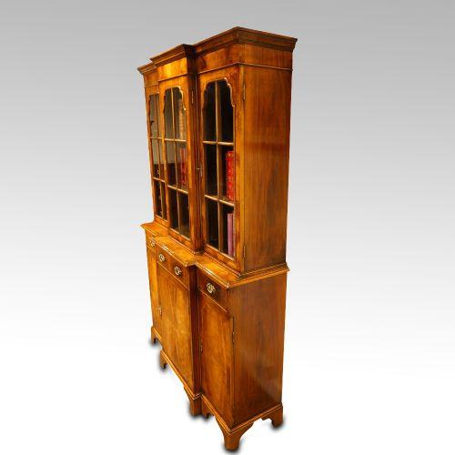 Antiker britischer Bücherschrank Nussbaum ca 1930