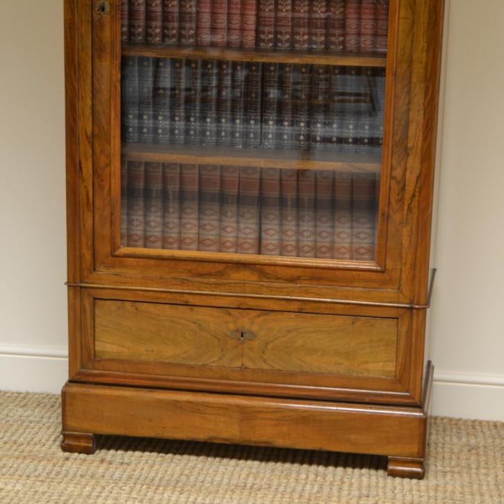 Antiker britischer Nussbaum Bücherschrank ca 1880