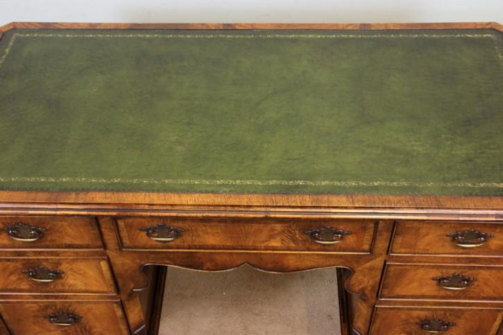 Englischer antiker Nussbaum Schreibtisch ca 1920