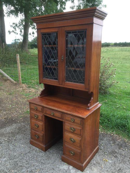 Antiker Schreibtisch und Bücherregal, massiv  Nussbaum. Ende 19. Jahrhunderts