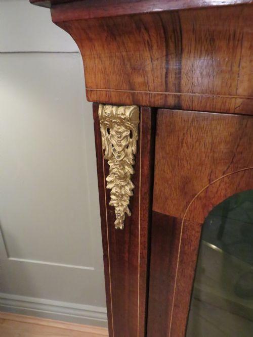 Antiker Nussbaumvitrinenschrank mit Intarsien und Satinholzdetails, 19. Jahrhundert