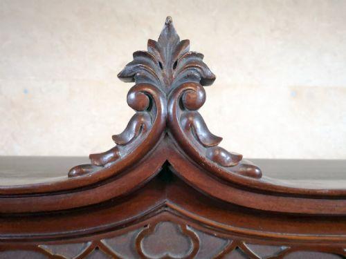 Mahagoni Vitrine Massivholzschrank Antik Kabinett im Chippendale Stil mit edlen Schnitzereien, ca. 1900