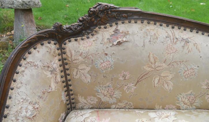 Nussholzumrahmtes Nussbaumholz zweisitziges gepolstertes Sofa antik ca. 1920