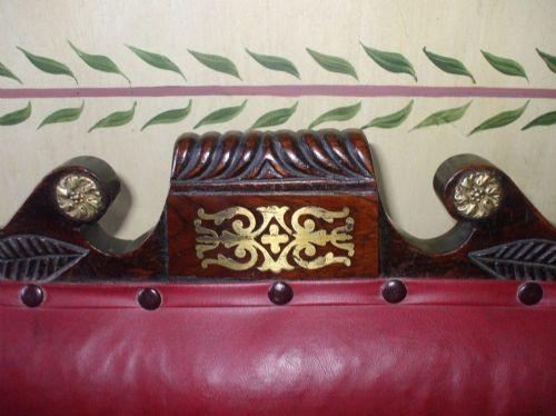 Antikes  georgianisches  Miniatursofa mit rotem Lederpolster und hochwertigem Messing-Inlay /Verzierungen