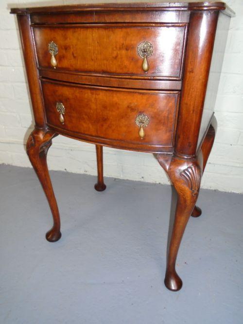 Antiker Walnussnachttisch im Queen-Anne-Stil