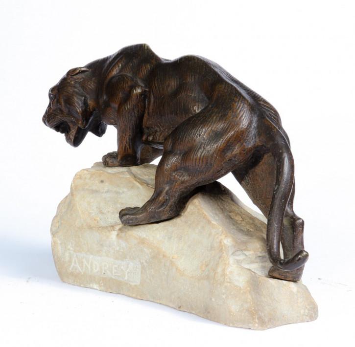 Bronzetiger auf einem Felsen von James Andrej - Frankreich c1920