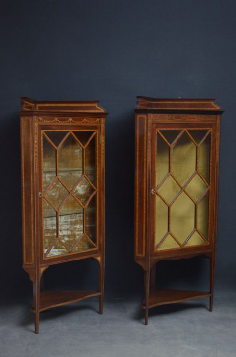 Zwei edwardianische Mahagoni Inlaid Eckvitrinen