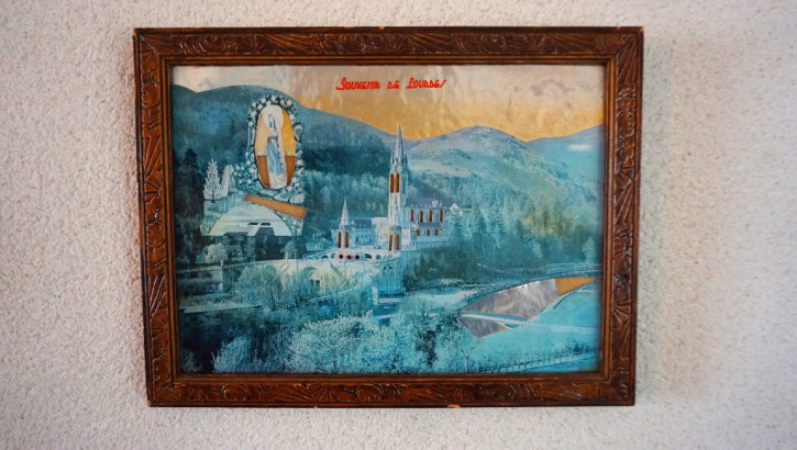 Stadtgemälde Souvenir De Lourdes im Eichenrahmen
