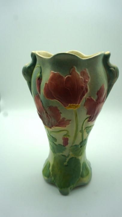 Grüne Porzellanvase mit roten Blumen  france