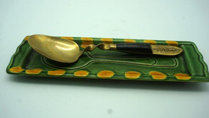 Grüne Schale mit goldenem Löffel