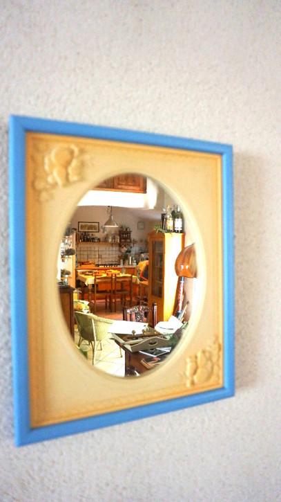 Spiegel mit blau-cremfarbenem Rahmen