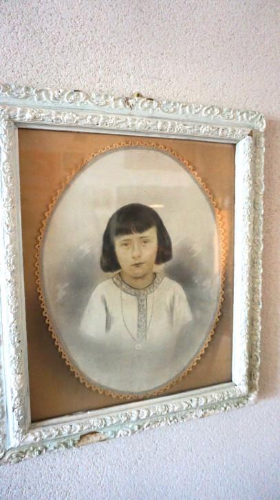 Kinderportrait in antikem weißem Rahmen