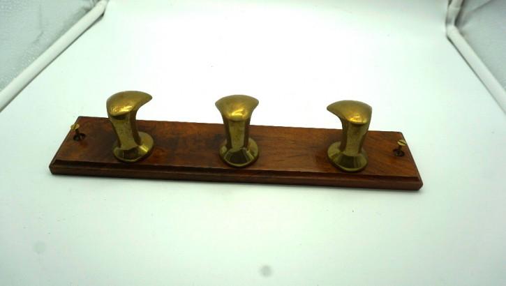 Holzgarderobe mit drei Messinghaken
